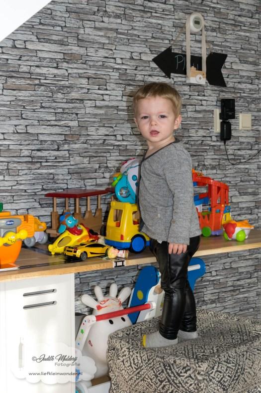 Jayden 22 maanden en 2 weken oud peuter dreumes mamablog - overal auto's spelen iop zijn zelfgemaakt speelhoek