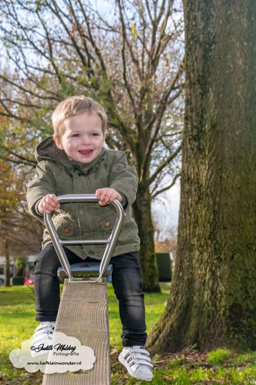 Jayden 22 maanden en 3 weken oud peuter dreumes mamablog blog - Op de wip samen met mama of alleen speeltuin rondjes draaien draaimolen