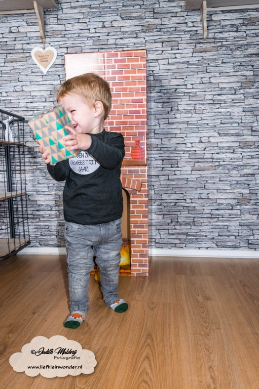 Jayden 22 maanden en 3 weken oud peuter dreumes mamablog blog - schoentje zetten cadeau sinterklaas opehaard