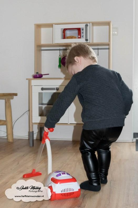 Jayden mama blog 2 jaar oud 2de verjaardag cadeau Houten speelkeuken IKEA magnetron koffiezetapparaat stofzuiger fruit eten cadeautjes