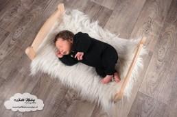 Newborn shoot fotoshoot fotograaf baby bedje poppen bedje IKEA mama blog www.liefkleinwonder.nl