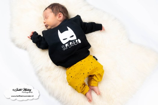 www.liefkleinwonder.nl brandrep newborn model baby soph's baby en kids handgemaakt babykleding kinderkleding twinning superhero sweater feathers veren en sprinkels stipjes baby broekjes okergeel