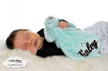Finley 1 maand oud borstvoeding mama blog baby newborn pasgeboren afgevallen aangekomen 3820 gram fotoshoot foto's brandrep www.liefkleinwonder.nl soph's baby en kids okergeel hero sidekick eerste sinterklaas kerstboom Koter Kado Happy horse