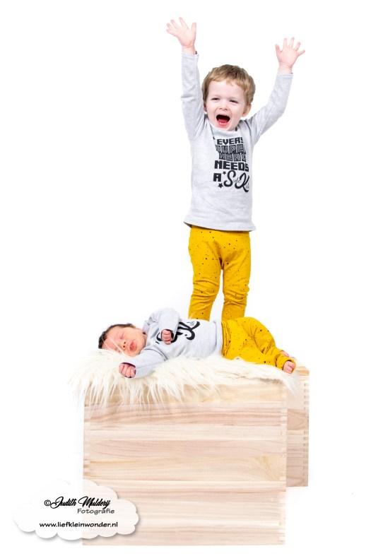 Finley 1 maand oud borstvoeding mama blog baby newborn pasgeboren afgevallen aangekomen 3820 gram fotoshoot foto's brandrep www.liefkleinwonder.nl soph's baby en kids okergeel hero sidekick