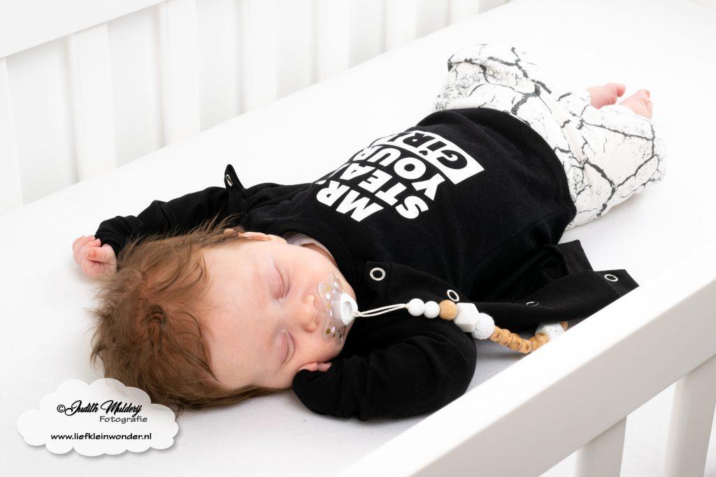 Little Adventure handgemaakte baby en kinderkleding boxpakje stoer prematuur newborn kleding shoppen brandrep  monochrome babykleding blog review mama blog blogger fotograaf fotoshoot koffertje met naam