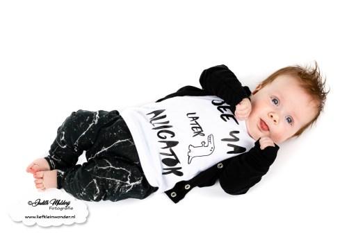 Finley 17 weken oud 4 maanden ontwikkeling mama blog www.liefkleinwonder.nl brandrep fotograaf monochrome borstvoeding tong uitsteken