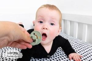 7 maanden oud ontwikkeling dingen speentje zef in mond doen vastpakken met naam knuffeldoekje baby broertje mama blog www.liefkleinwonder.nl
