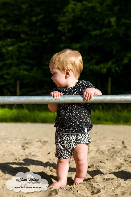 Finley 9 maanden oud ontwikkeling mama blog borstvoeding slapen www.liefkleinwonder.nl staan
