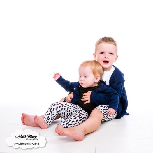 Finley 9 maanden oud ontwikkeling mama blog borstvoeding slapen www.liefkleinwonder.nl zitten