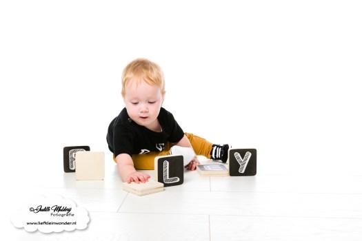 10 maanden oud mama blog www.liefkleinwonder.nl fotograaf foto's baby dreumes ontwikkeling los zitten