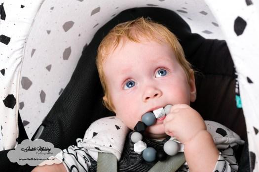 10 maanden oud mama blog www.liefkleinwonder.nl fotograaf foto's baby dreumes ontwikkeling eerste tandje bijtring