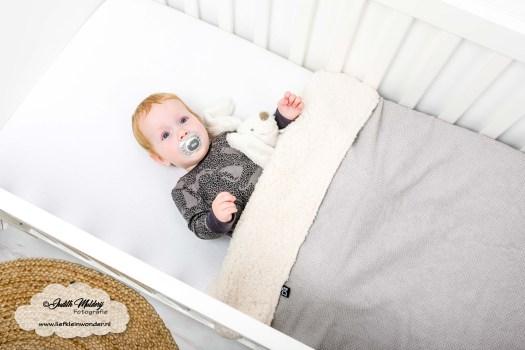 10 maanden oud mama blog www.liefkleinwonder.nl fotograaf foto's baby dreumes ontwikkeling slapen in eigen bedje ledikant deken little adventure