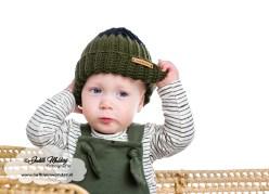 Handgemaakte babymuts okergeel petrol bordeaux met geknoopte bandjes hangemaakt shirts veertjes streepjes khaki roest review mama blog www.liefkleinwonder.nl brandrep fotograaf