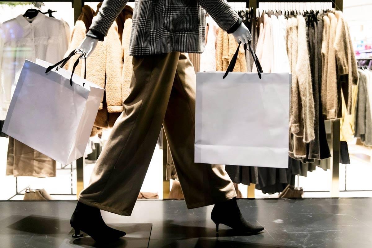 Un consommateur fait les boutiques durant la pandémie du corona virus