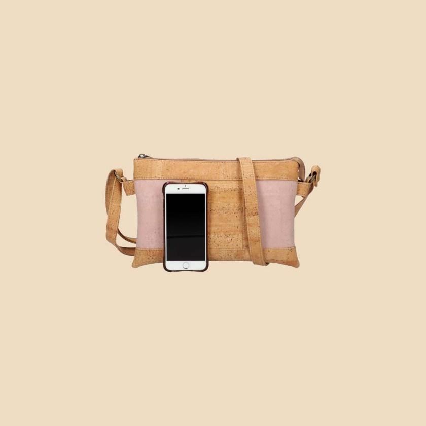 Sac bandoulière en liège modèle Galatée vue téléphone couleur rose