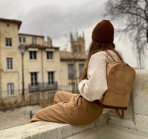 model Liège Évasion portant un sac à dos en liège de notre boutique