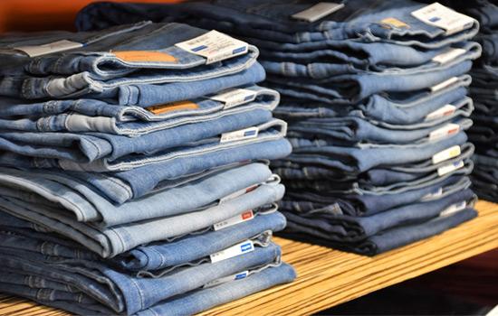 Paire de jeans avec patch en cuir