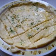 Omlete ar krešu dīgstiem un apceptiem sīpoliem