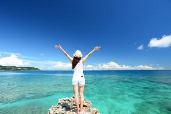 美しい青い海と女性