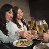 乾杯をする女性二人