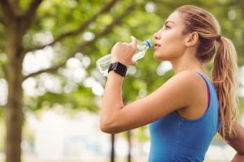 水を飲むスポーティな女性