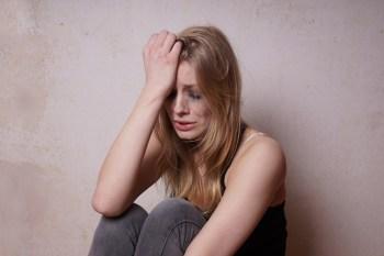 悲しそうに泣く女性