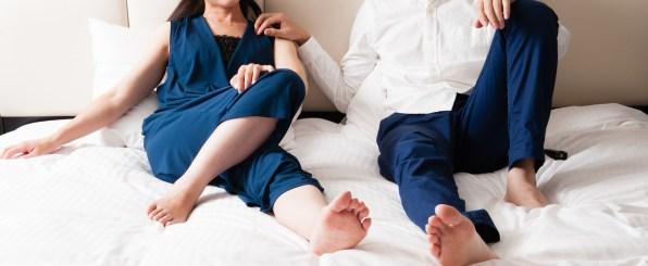 ベッドに座るカップル