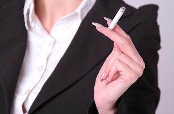 タバコを持つ女性の手