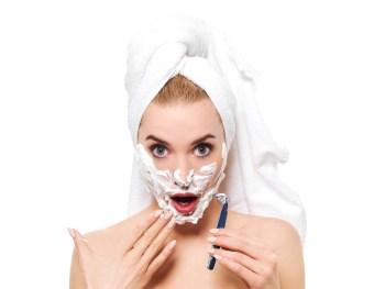 髭剃りをする女性