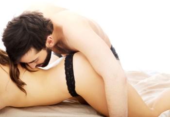 恋人の背中にキスをする男性