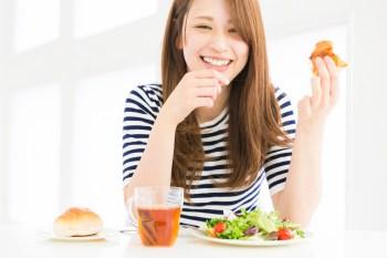 ハッピーフードを食べる女性