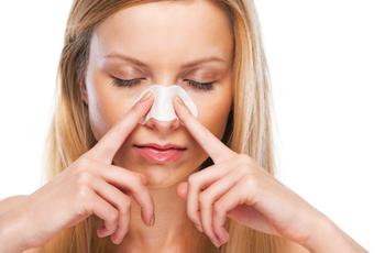 鼻の毛穴シートでパックする女性