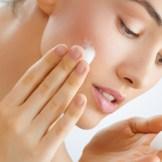 洗顔美白をする女性