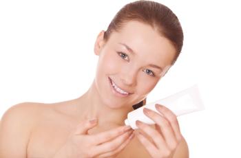 洗顔フォームを持った外国人女性 スキンケア