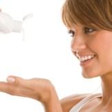 化粧水ローションでスキンケアをする女性