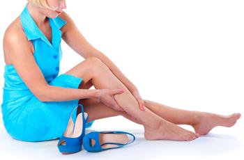 脚のむくみをマッサージする女性