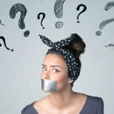 ?疑問符クエスチョンマークを浮かべた口を塞がれた女性