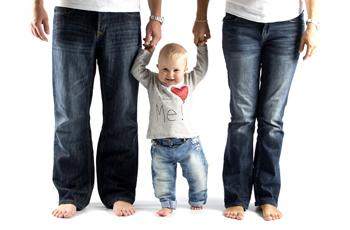 パパママと手をつないだ赤ちゃん