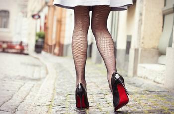 ピンヒールをはいた女性の脚