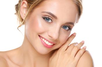 笑顔の肌のきれいな女性