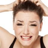 頭皮のかゆみに悩む女性