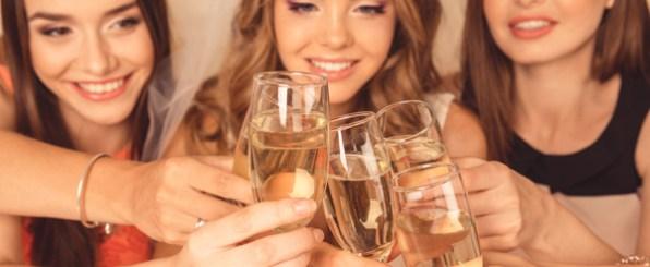 ワインで乾杯する女性/女子会