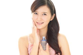 化粧水で保湿をする女性
