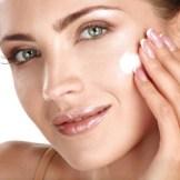顔にクリームを塗る女性