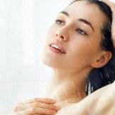 シャワーで髪を流す女性