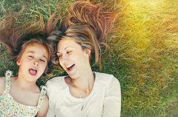 笑い合う子供と母親