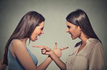 言い合いをする女性