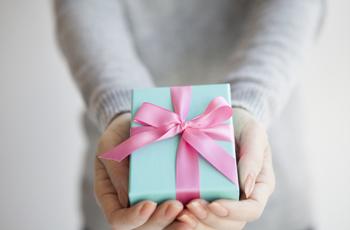 プレゼントをわたす女性