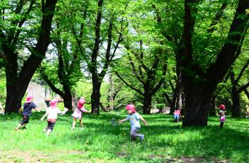 公園で走り回る子供