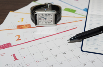 腕時計とスケジュール表